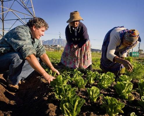 La crescita della popolazione mondiale impone soluzioni sostenibili per incrementare la fertilità del suolo e la sua produttività. Foto: Kate Holt/AusAID Attribution 2.0 Generic (CC BY 2.0)