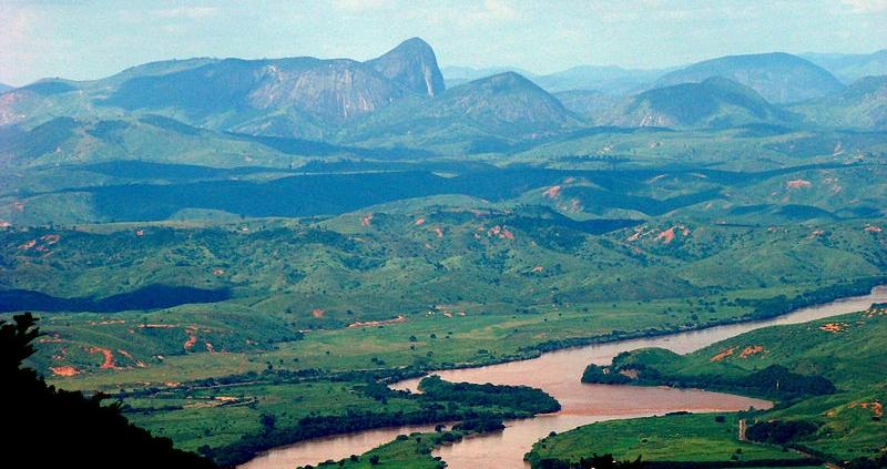 La Vale do Rio Doce, nello Stato di Minas Gerais, in Brasile. È qui che i coniugi Sebastião e Lélia Salgado conducono da oltre due decenni un'incredibile opera di riforestazione. Foto: Luciano cta Attribution-ShareAlike 3.0 Unported (CC BY-SA 3.0)