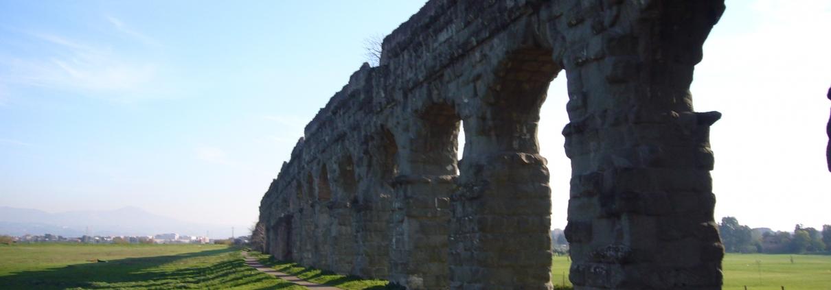 Una porzione di acquedotto romano nel Parco Regionale dell'Appia Antica nel quadrante a sud di Roma.