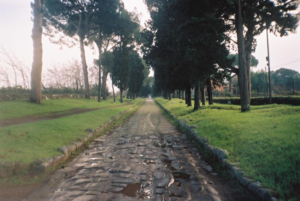 """Un tratto della """"regina viarum"""" all'interno del Parco Regionale dell'Appia Antica."""