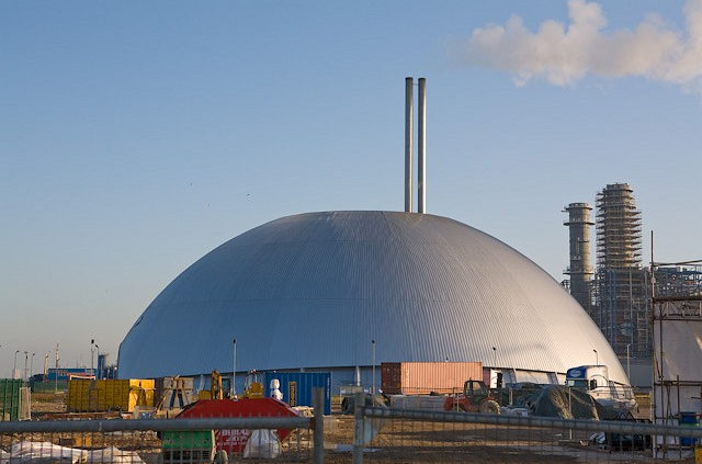 The Marchwood incinerator near Southampton, UK. According to estimates, by 2035, waste-to-energy plants will be more carbon intensive than landfilling. One more reason to boost recycling. Photo: Peter Facey Attribution-ShareAlike 2.0 Generic (CC BY-SA 2.0)