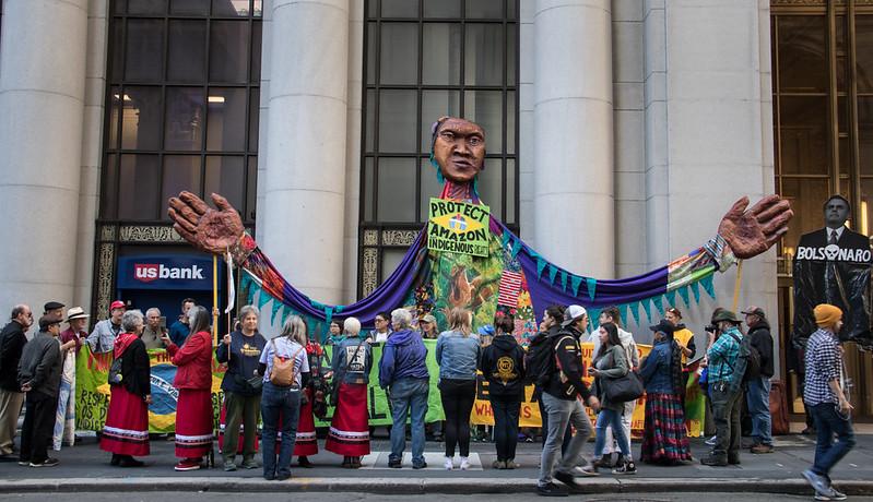 Una protesta davanti al consolato del Brasile a San Francisco, USA, nel 2019. Alla pressione degli attivisti nei confronti del governo di Jair Bolsonaro si aggiunge da tempo quella dei grandi investitori. Foto: Peg Hunter Attribution-NonCommercial 2.0 Generic (CC BY-NC 2.0)