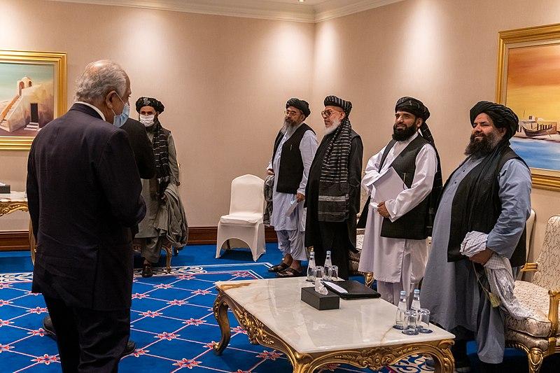 I negoziatori talebani a Doha, Qatar, novembre 2020. A sinistra, abito grigio e mascherina bianca, Abdul Ghani Baradar, oggi leader ad interim del governo di Kabul. Foto: Ron Przysucha, U.S. Department of State, Dominio Pubblico